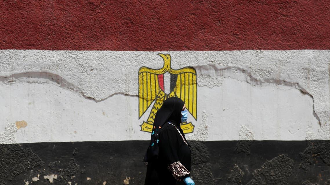 علم مصر مرسوم على جدار في القاهرة (رويترز)