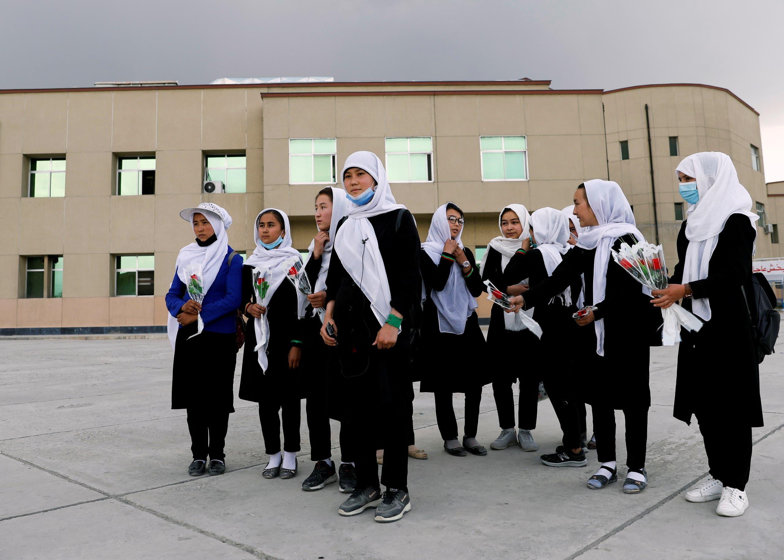 تلميذات يزرن زميلاتهن اللواتي اصبن في تفجير مدرسة في كابول في مايو الماضي