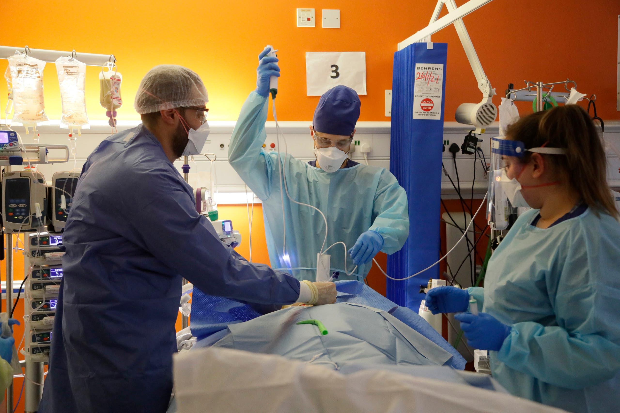مريض مصاب بكورونا في غرفة عناية فائقة في أحد مستشفيات لندن (أرشيفية)