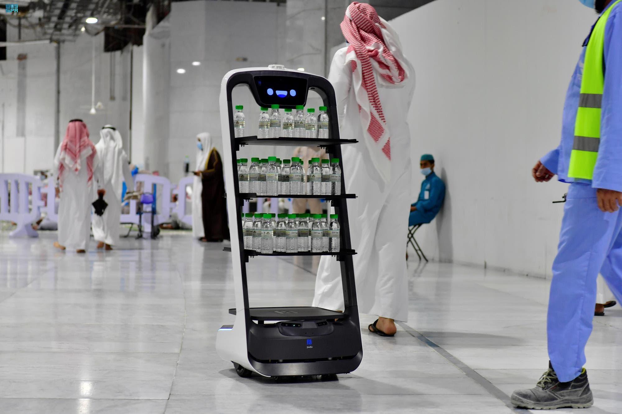 روبوتات لتوزيع مياه زمزم