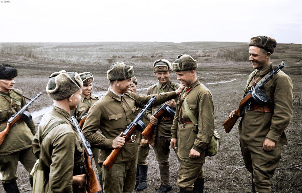 صورة ملونة لجنود سوفييت شاركوا بالحرب العالمية الثانية
