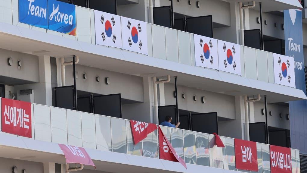 إزالة اللافتات من شرفات الرياضيين الكوريين الجنوبيين في القرية الأولمبية في طوكيو