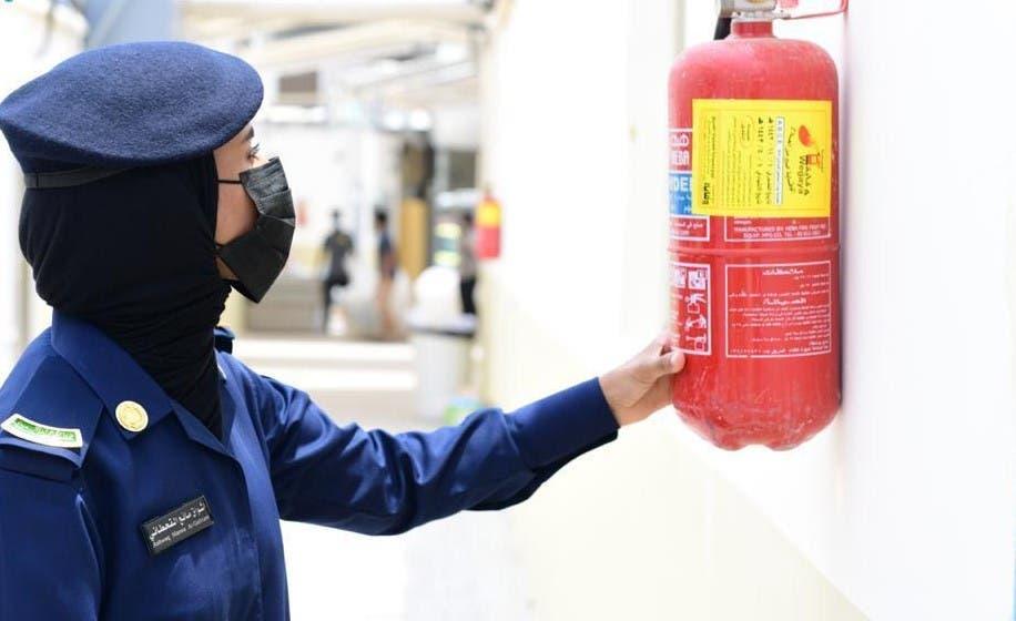 أحد منسوبات الدفاع المدني تتأكد من وسائل السلامة