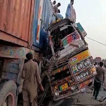 شاهد.. عشرات القتلى بحادث اصطدام مرعب في باكستان