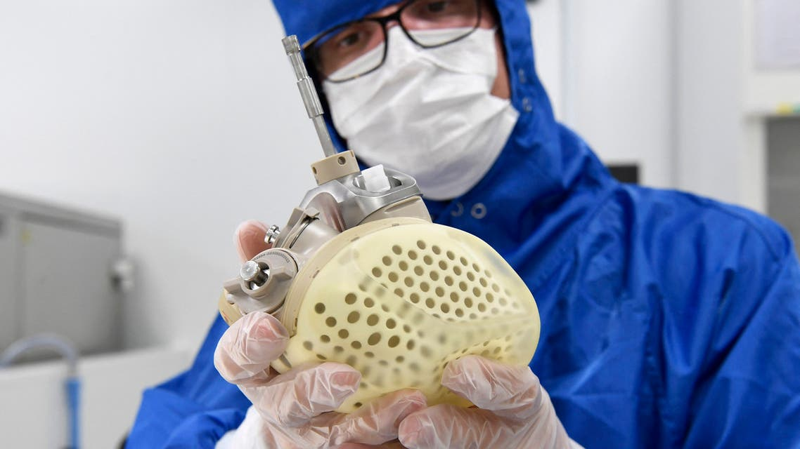 CARMAT employee shows an auto-regulating, bioprosthetic artificial heart at the company headquarters in Bois-d'Arcy, in the west of Paris on August 29, 2018. (File photo: AFP)