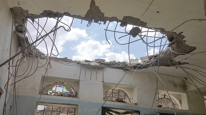 الدمار الذي خلفه القصف الحوثي في ثانوية الثورة في مديرية جبل مراد