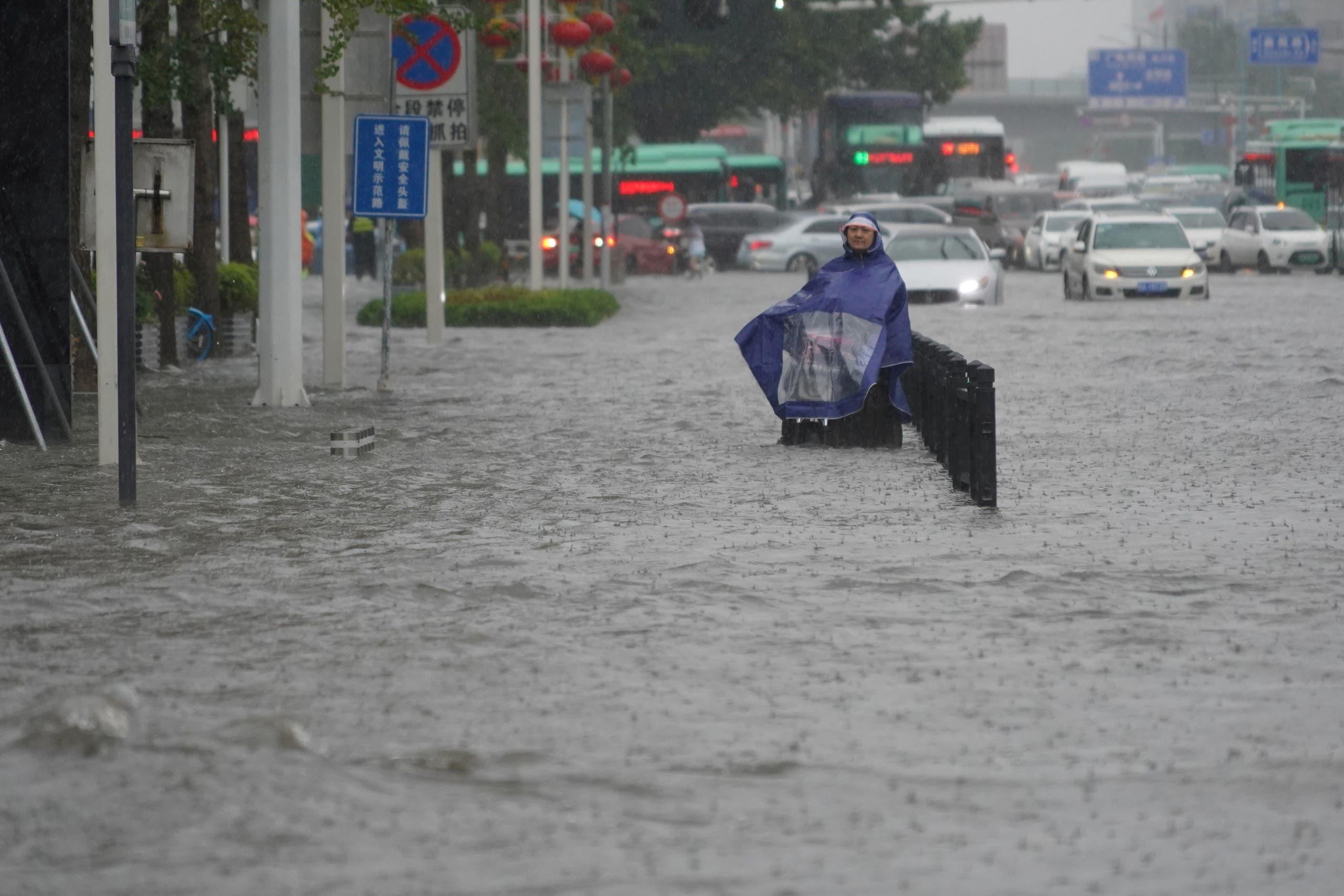 المياه تغمر الشوارع في تشنغتشو
