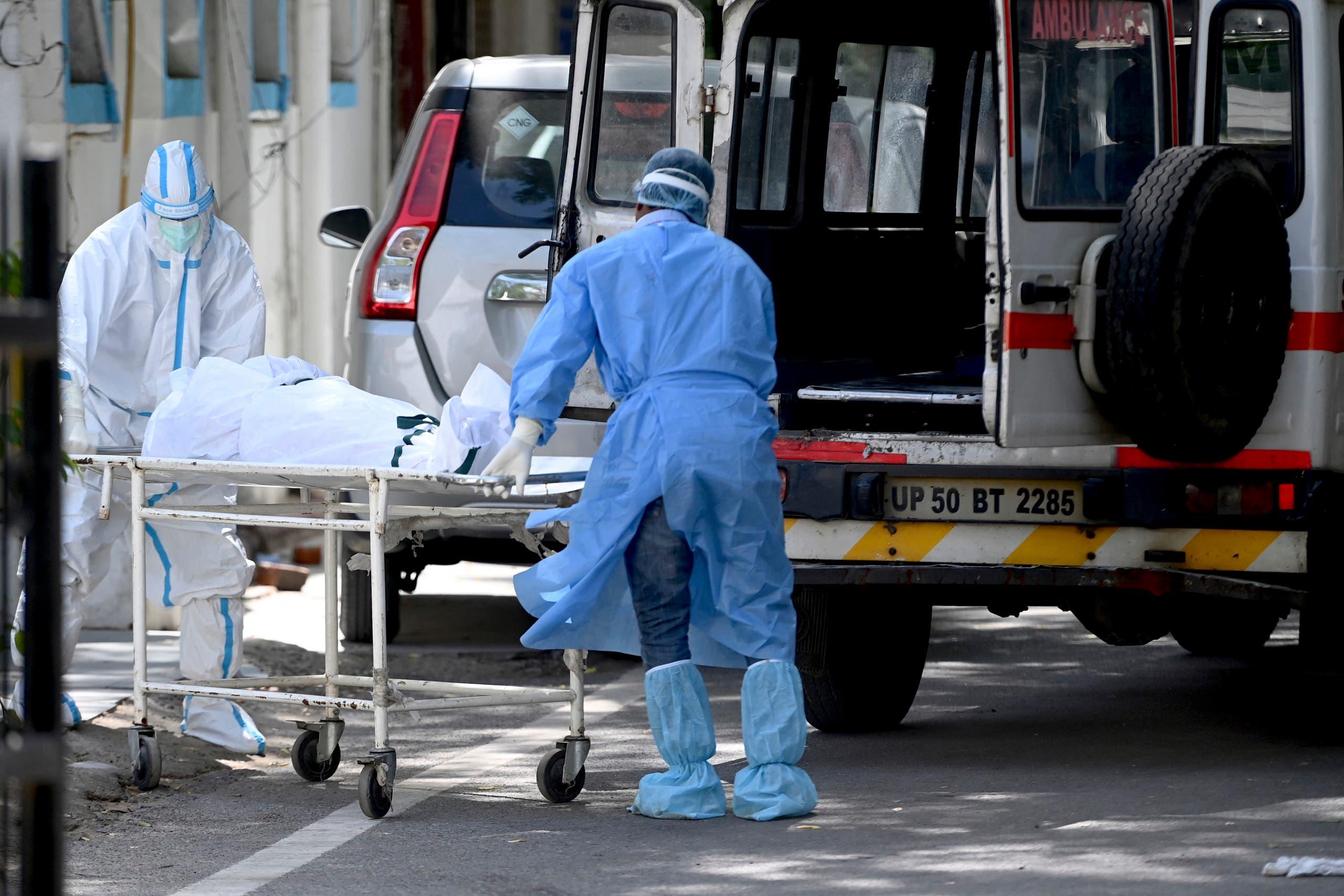 نقل متوفى من مستشفى في نيودلهي (أرشيفية)