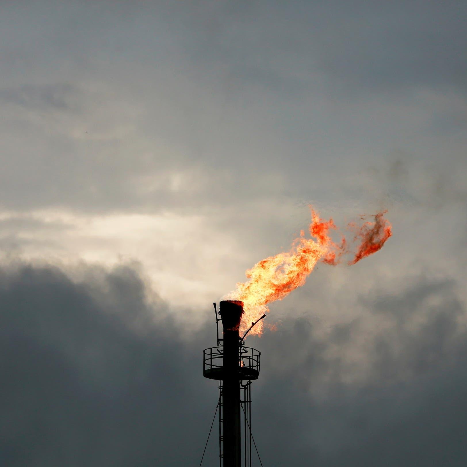"""النفط يستأنف التعافي بعد ضغط من """"دلتا"""" والمخزونات الأميركية"""