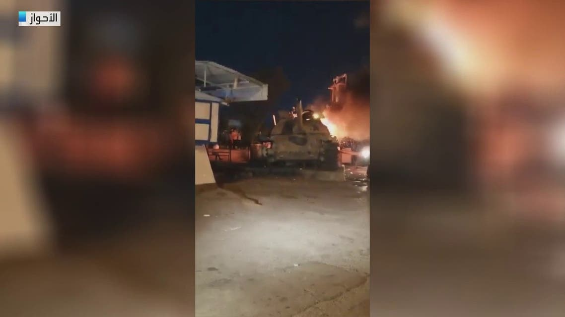 مواقع إيرانية: محتجون يحرقون دبابة في الخفاجية بالأحواز