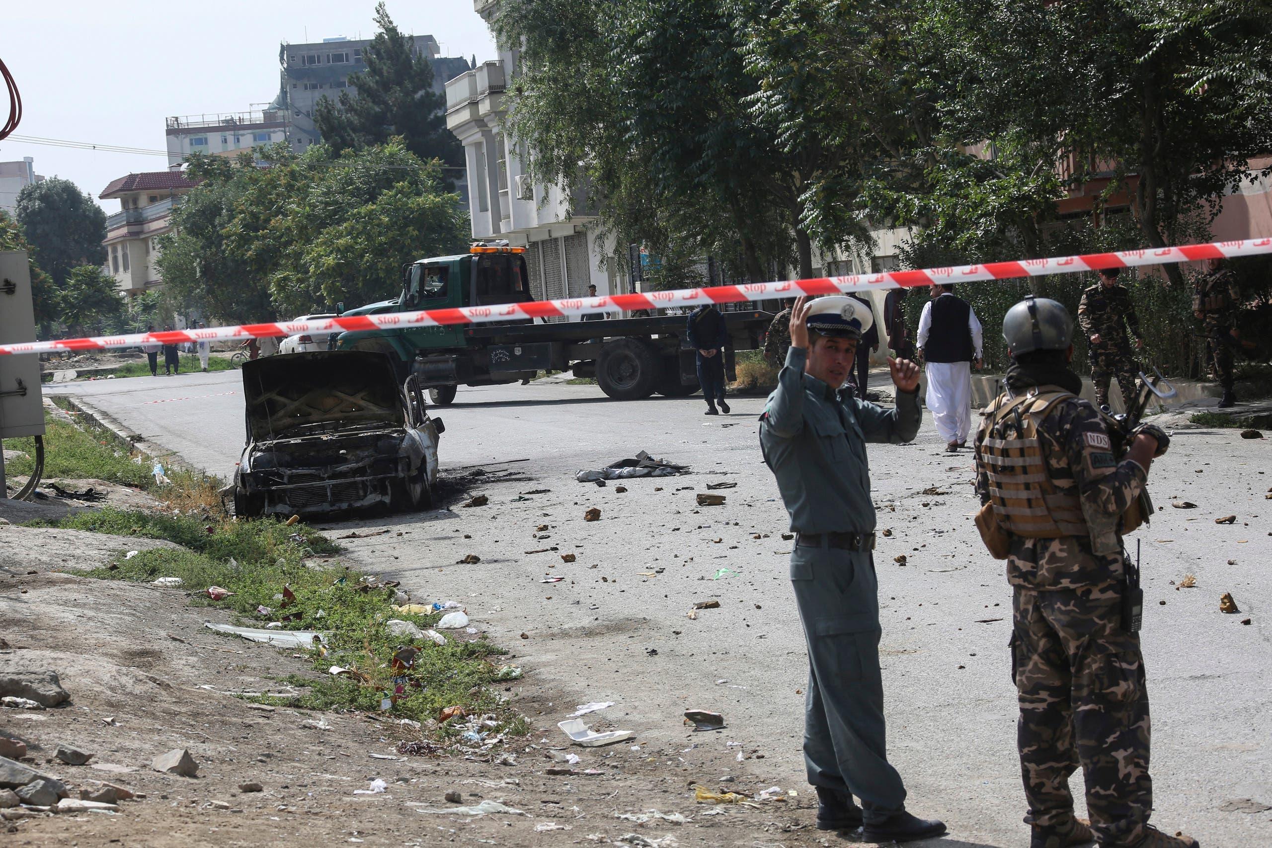 تفحم سيارة إثر سقوط صواريخ أمس قرب القصر الرئاسي في كابول