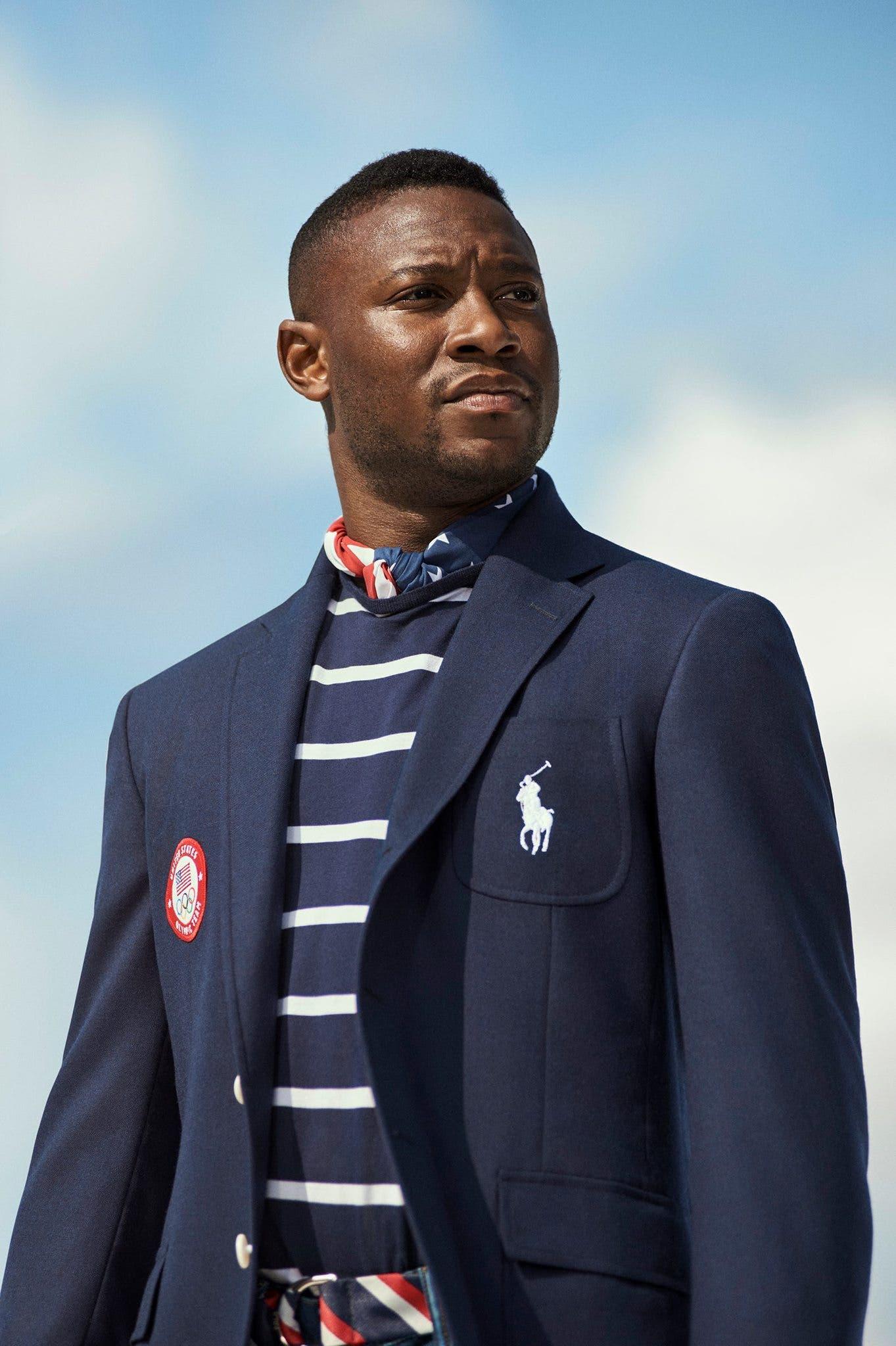 السياف الأولمبي داريل هومر يرتدي البدلة التي صممتها دار رالف لورين للرياضيين الأميركيين المشاركين في الألعاب الأولمبيّة