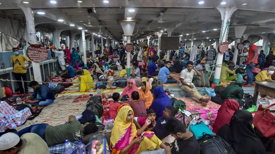 People crowd as they board a ferry after the government loosened a lockdown imposed earlier as a preventive measure against the Covid-19 coronavirus ahead of the Muslim festival of Eid al-Adha in Dhaka July 19, 2021. (File photo: AFP)