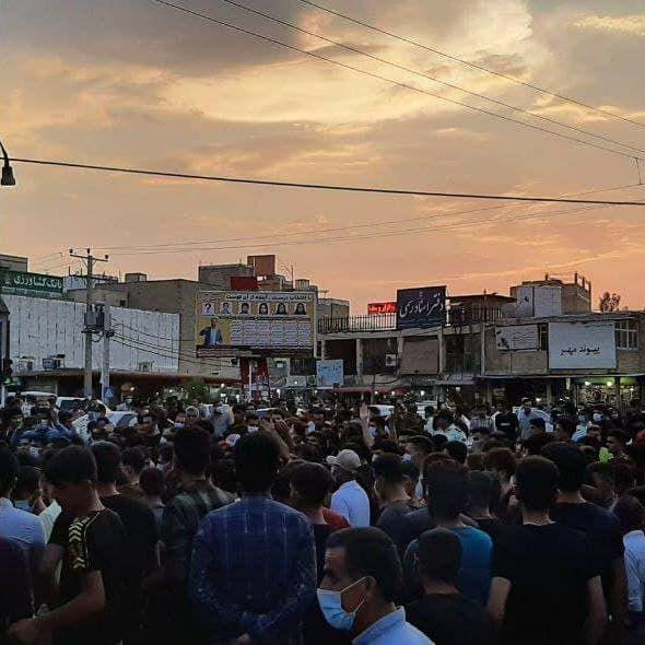 هتافات مناوئة لخامنئي وحرق صوره.. احتجاجات إيران مستمرة