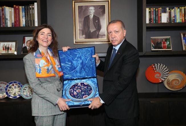 إليف تشوم أوغلو أولغن مع الرئيس التركي خلال زيارة الأخير لجنوب أفريقيا (Nordic Monitor)