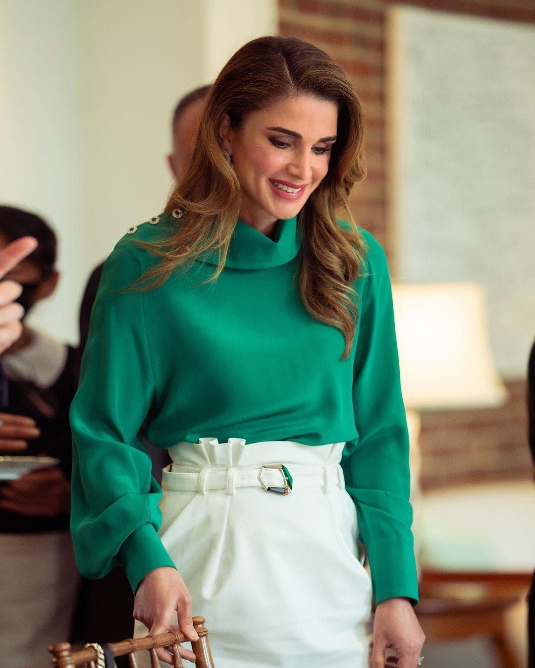 الملكة رانيا بإطلالة بالأخضر والأبيض خلال الزيارة