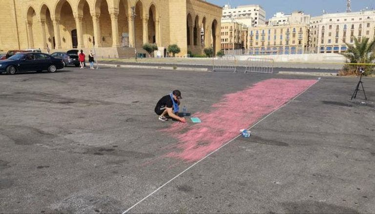 الرسام جيوفاني باسيل  يرسم العلم اللبناني