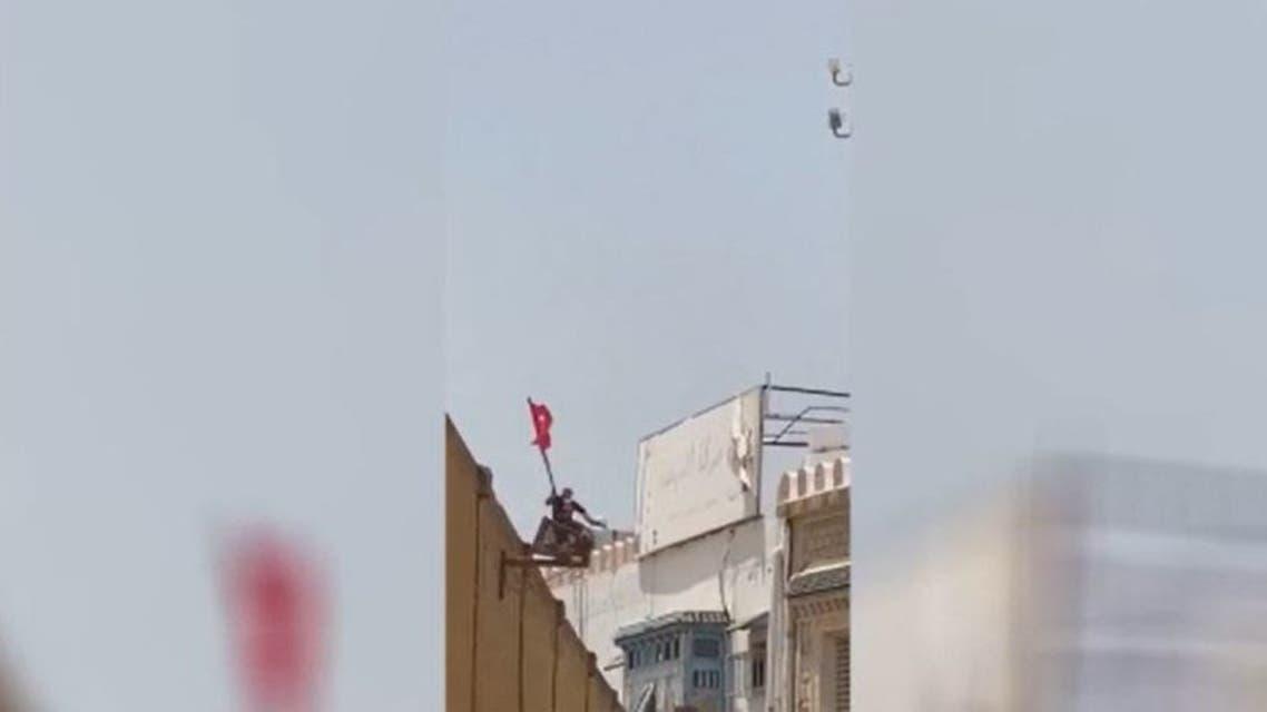 أحد عناصر النهضة يلقي مواطنا من فوق مقر الحركة في القيروان