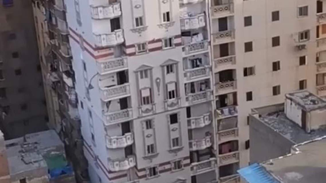 بالصور ..بناية مائلة في مصر والسلطات تخليها من ساكنيها