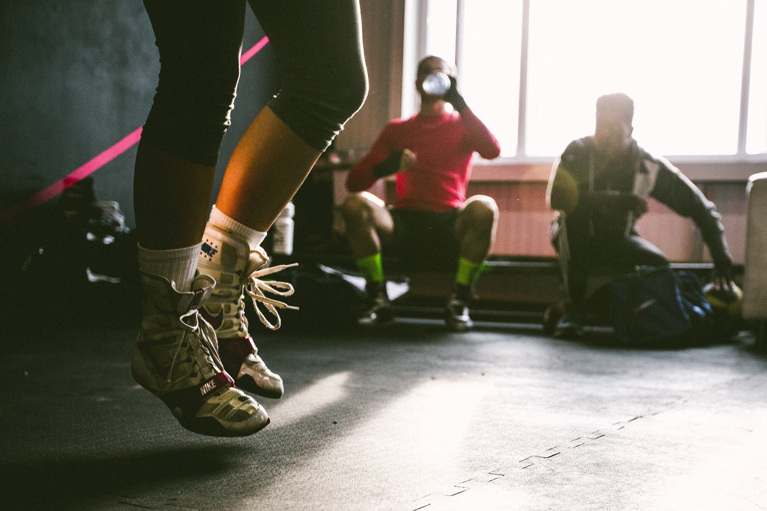 A woman exercises in a gym. (Unsplash, Dylan Nolte)