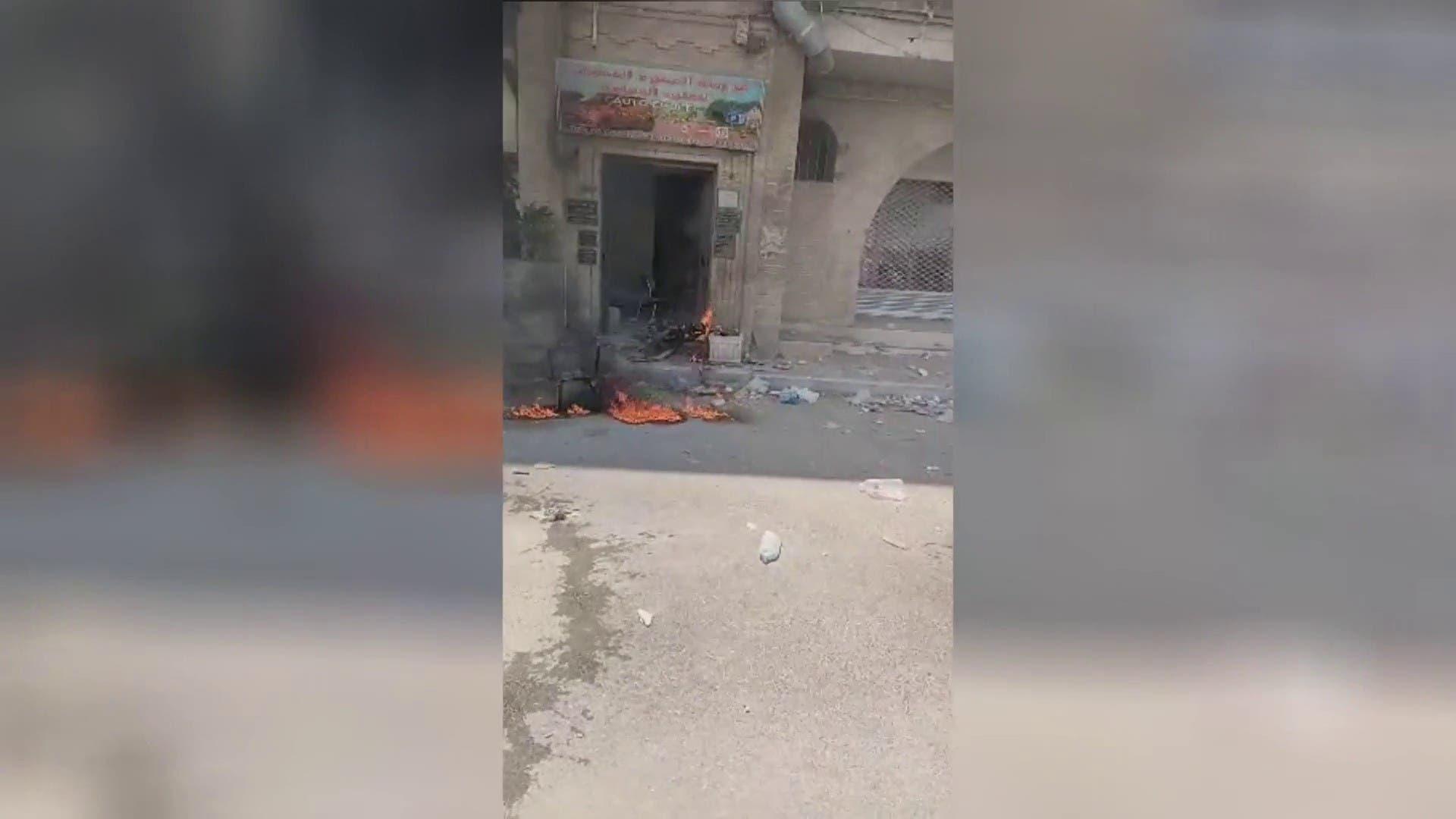 تونس کی النہضہ پارٹی کے توزر میں دفتر کے مین گیٹ مظاہرین نے نذر آتش کر دیا
