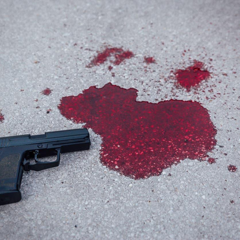 مسلح حوثي يقتل والدته بعد فشله في قتل والده بـ13 رصاصة