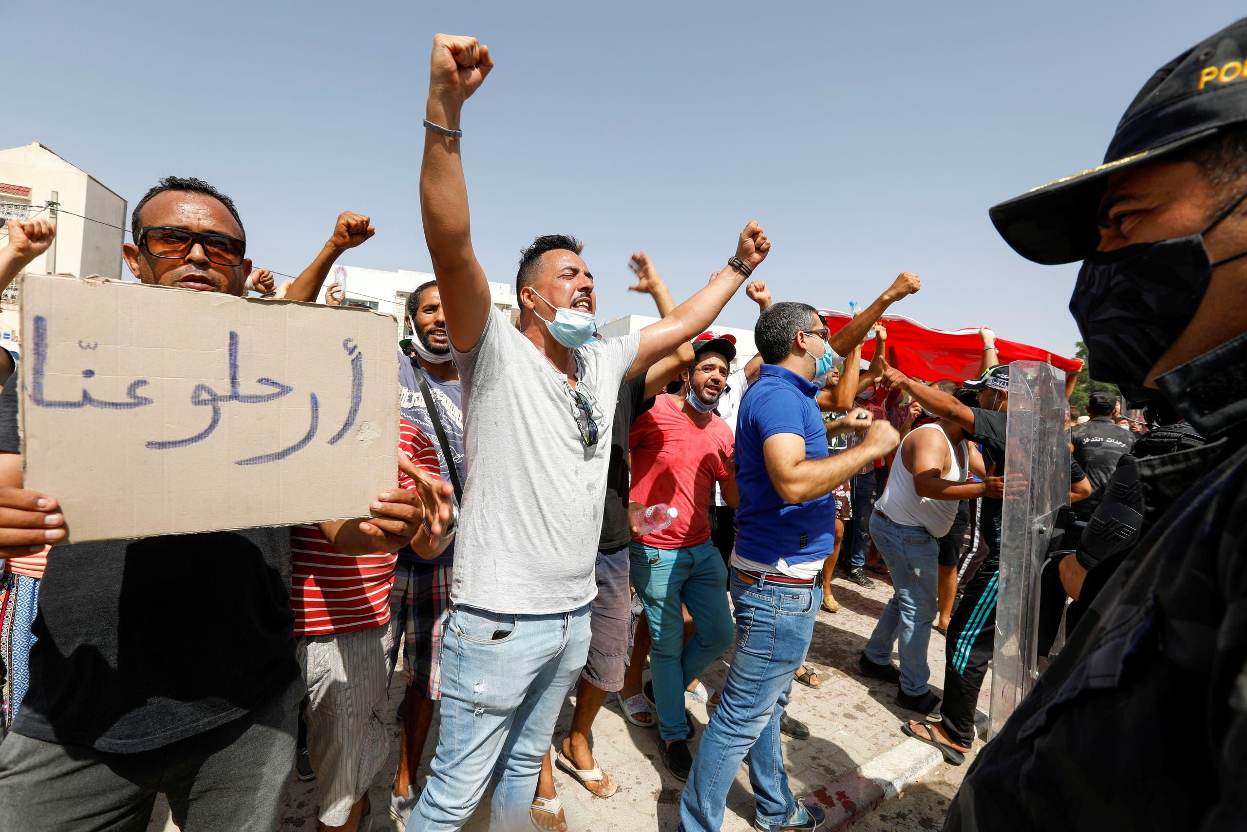 مناصرون لقرارات سعيد يعبرون عن فرحتهم في الشارع بتونس