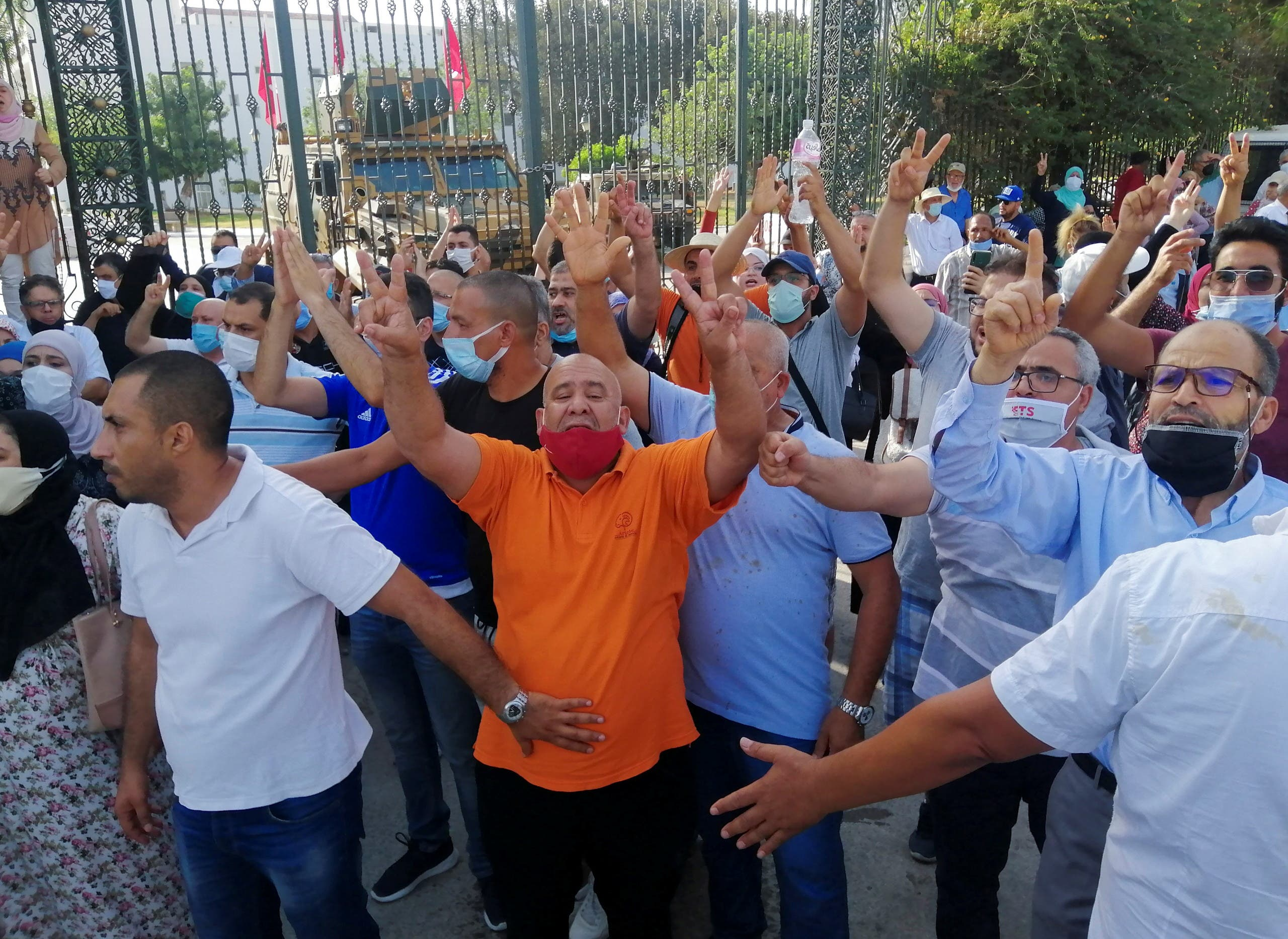 من أمام البرلمان التونسي