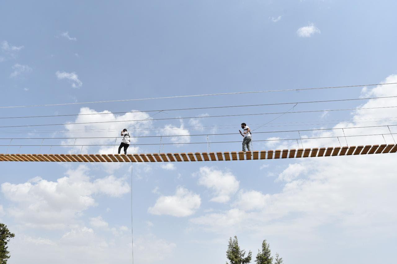 متعة المشي على الجسر