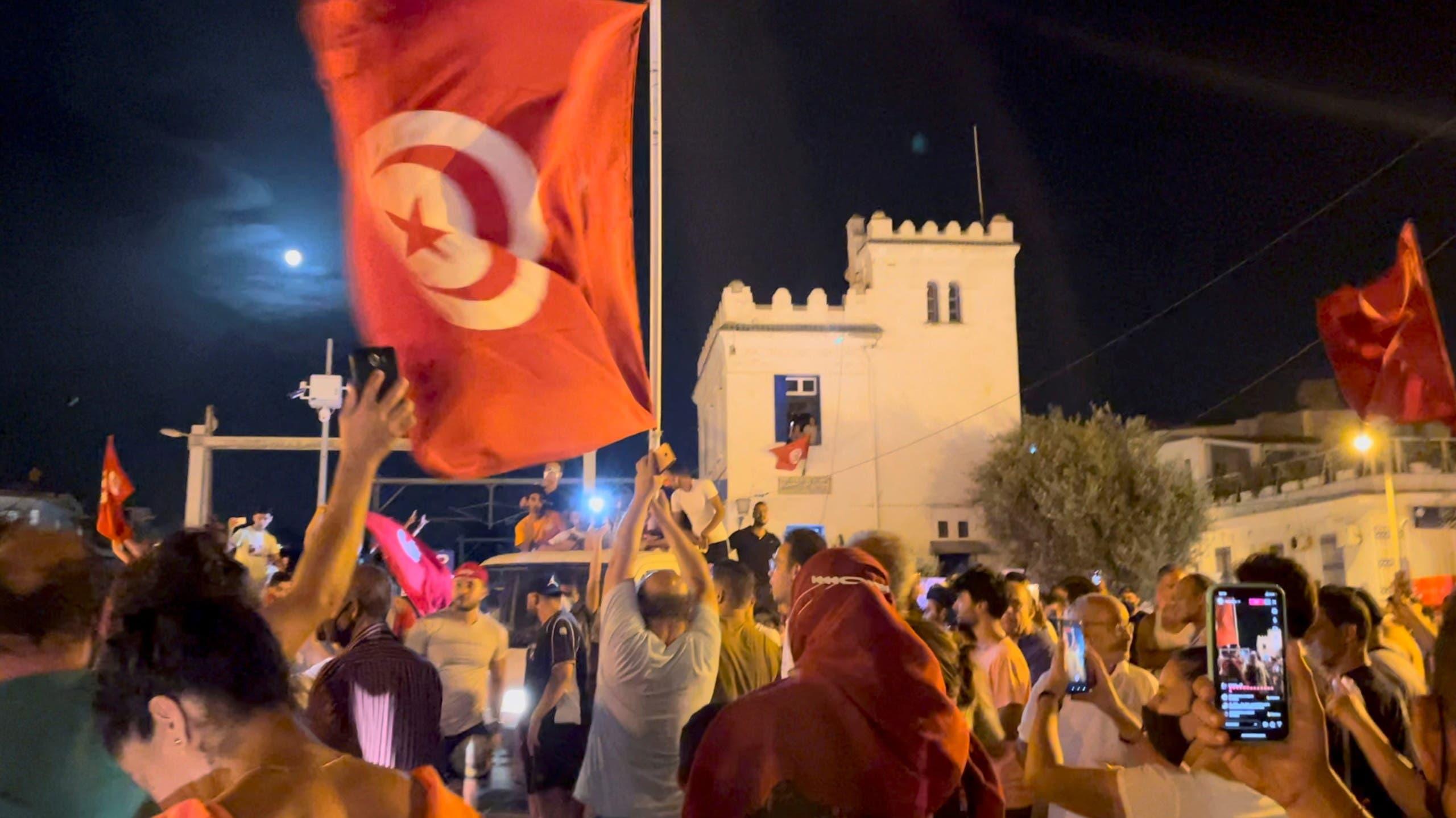 أنصار الرئيس التونسي يحتفلون بإقالة الحكومة بالهتافات والألعاب النارية مساء الأحد