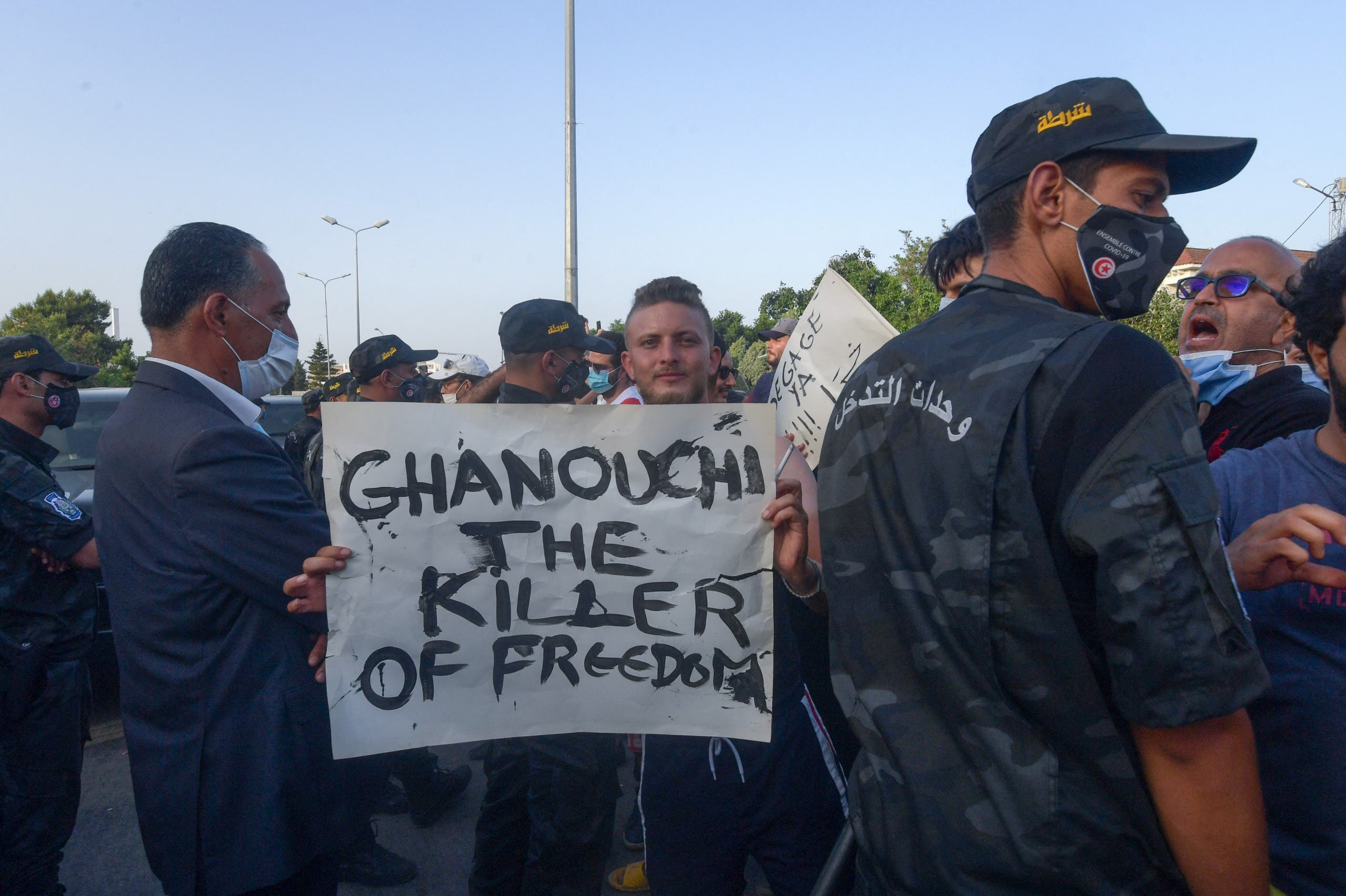 متظاهرون أمام البرلمان التونسي