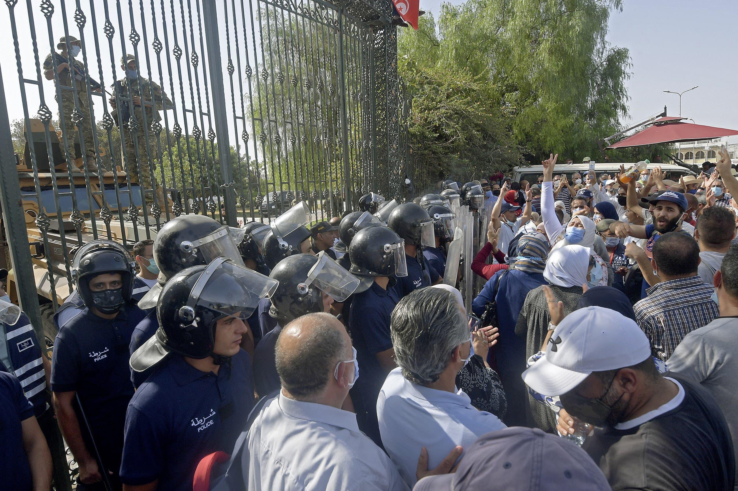 أنصار راشد الغنوشي في محيط البرلمان التونسي اليوم