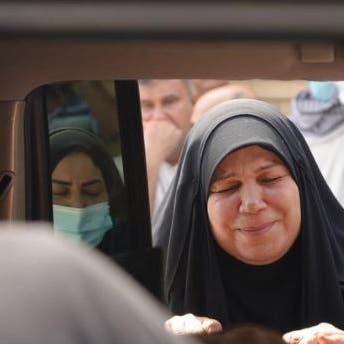 """""""يارب العدالة"""".. ناشطة عراقية تبكي فوق جثة ابنها القتيل"""