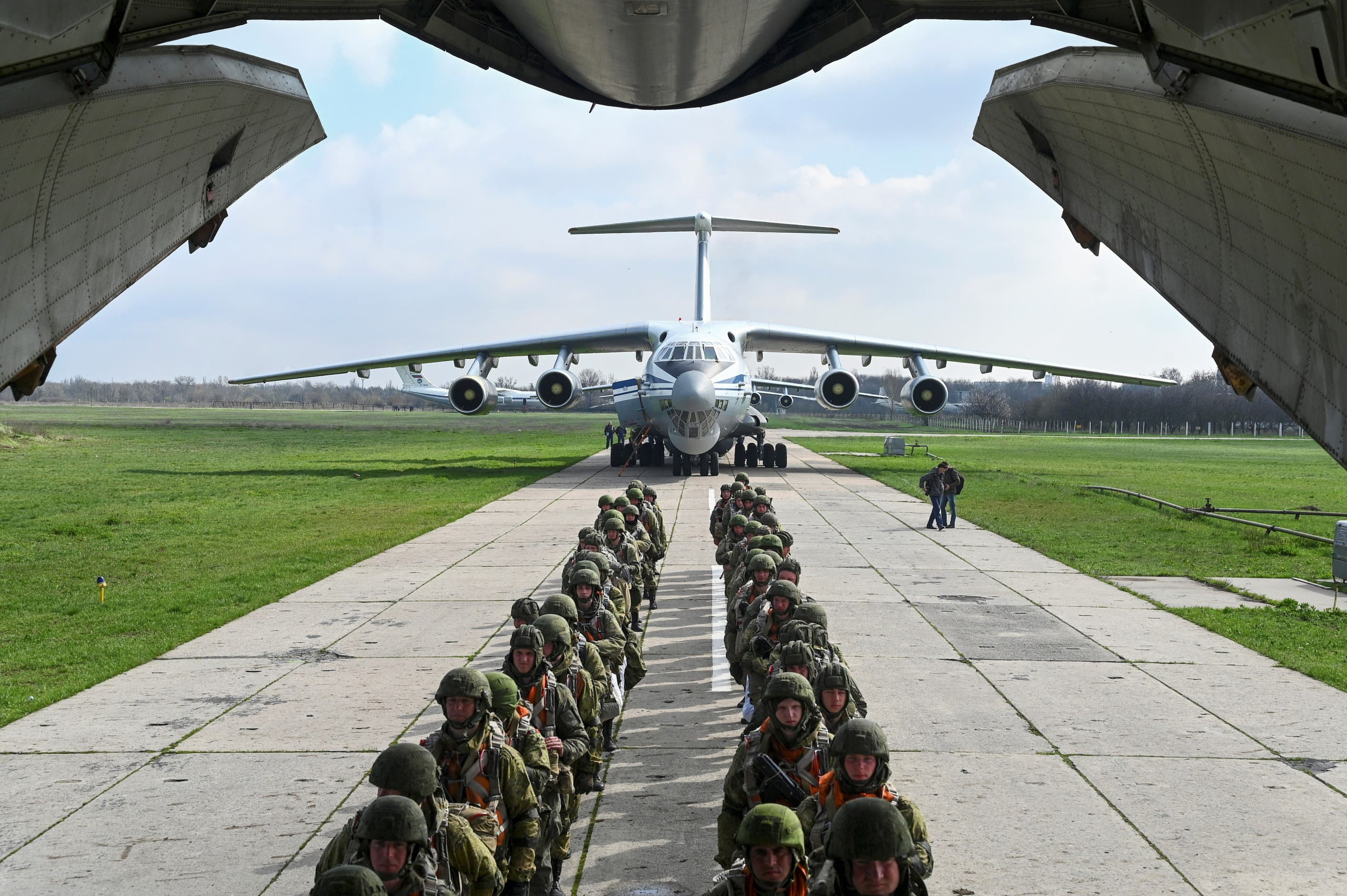Service members of the Russian airborne forces board an Ilyushin Il-76 transport plane during drills at a military aerodrome in the Azov Sea port of Taganrog, Russia April 22, 2021. (File photo: Reuters)