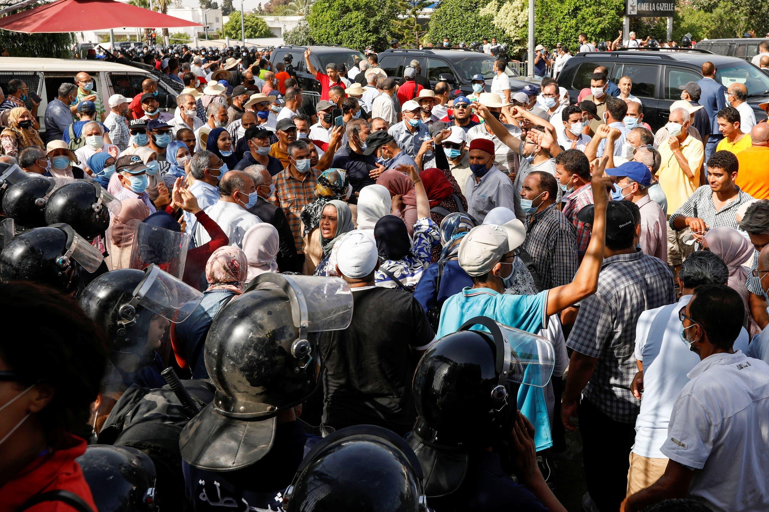 أنصار حركة النهضة في محيط البرلمان الاثنين الماضي