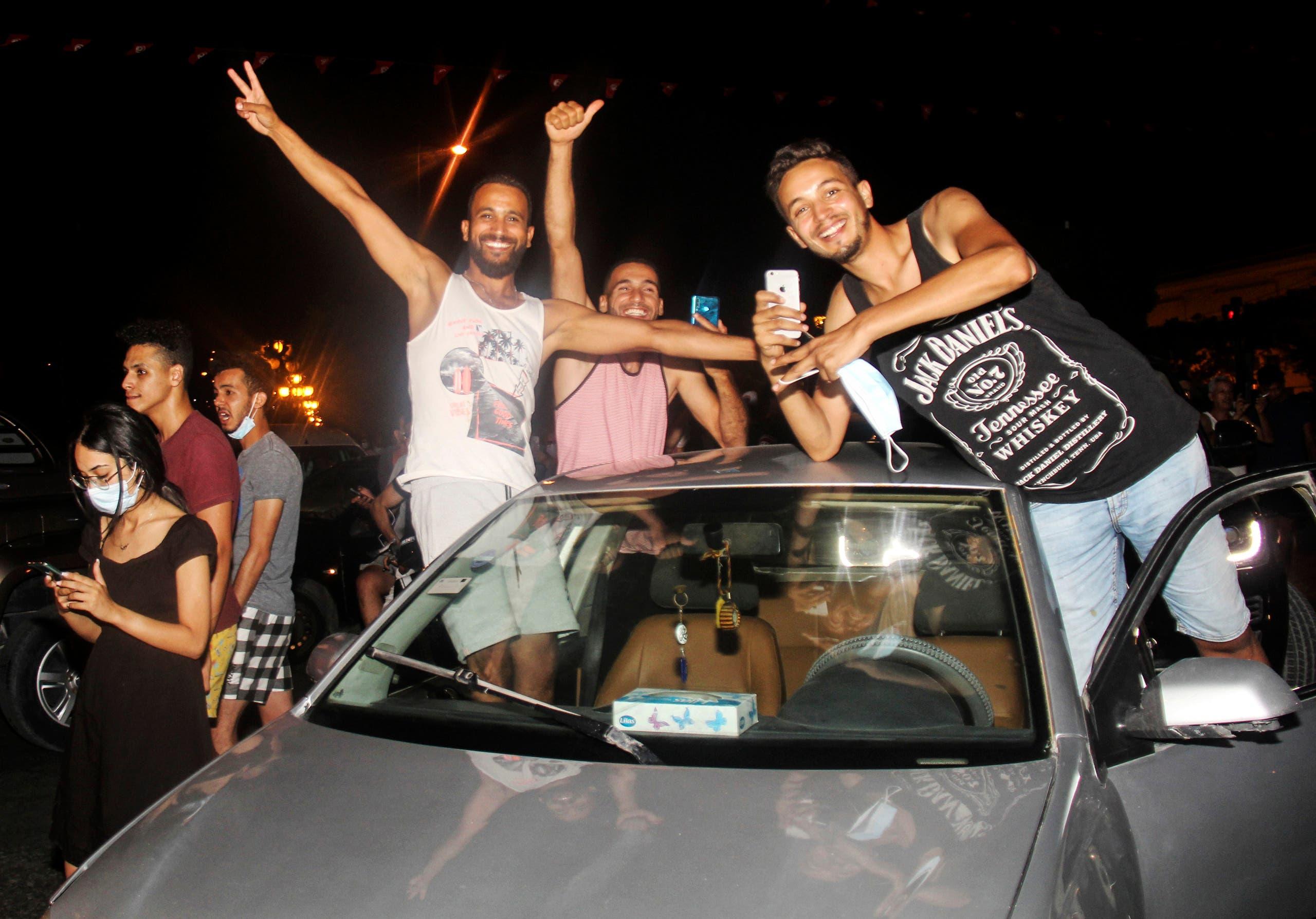 مناصرون لقيس سعيد يحتفلون بقراراته مساء الأحد في تونس