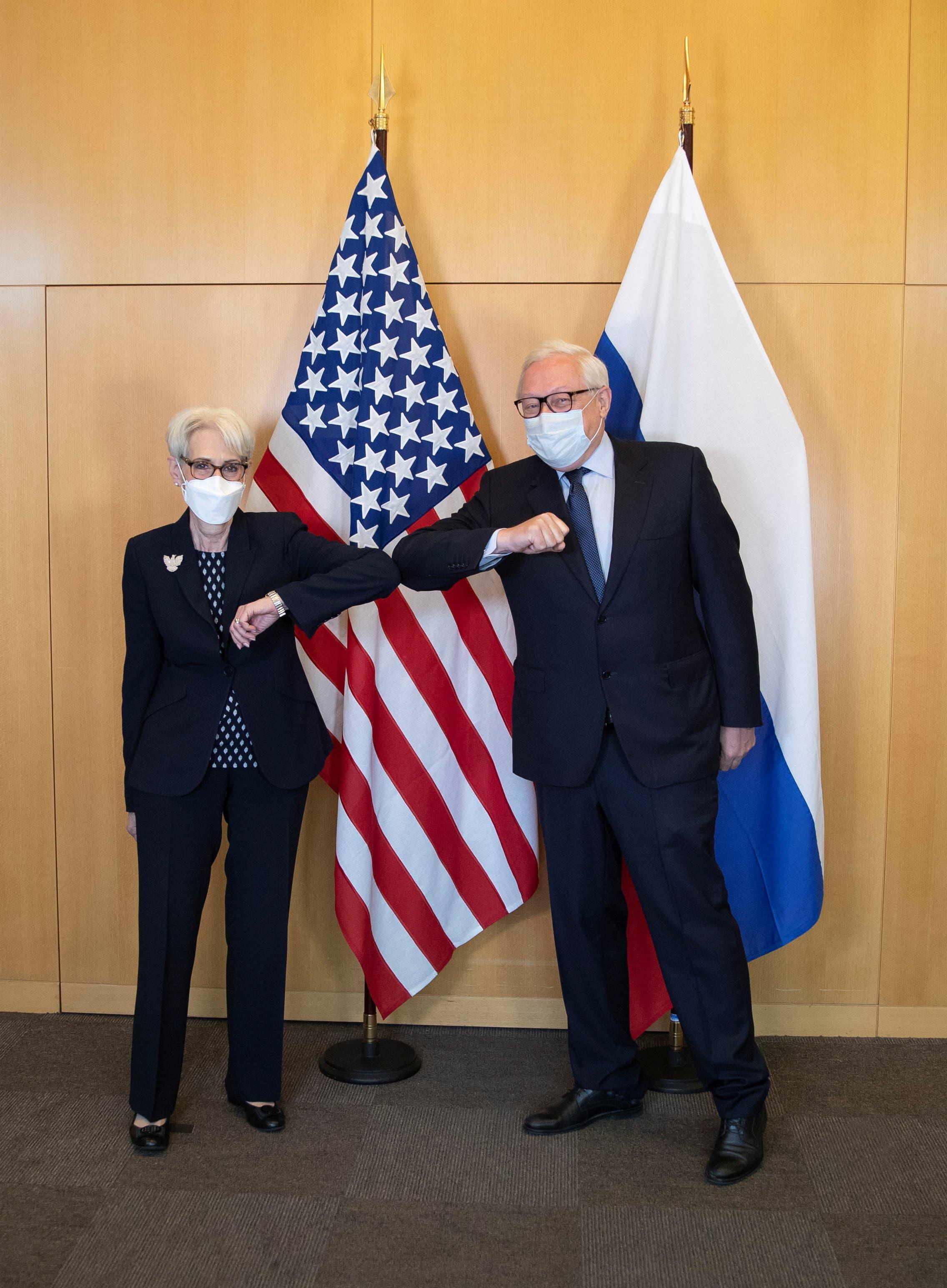 ويندي شيرمان و سيرغي ريابكوف في جنيف يوم 28 يوليو 2021 (رويترز)