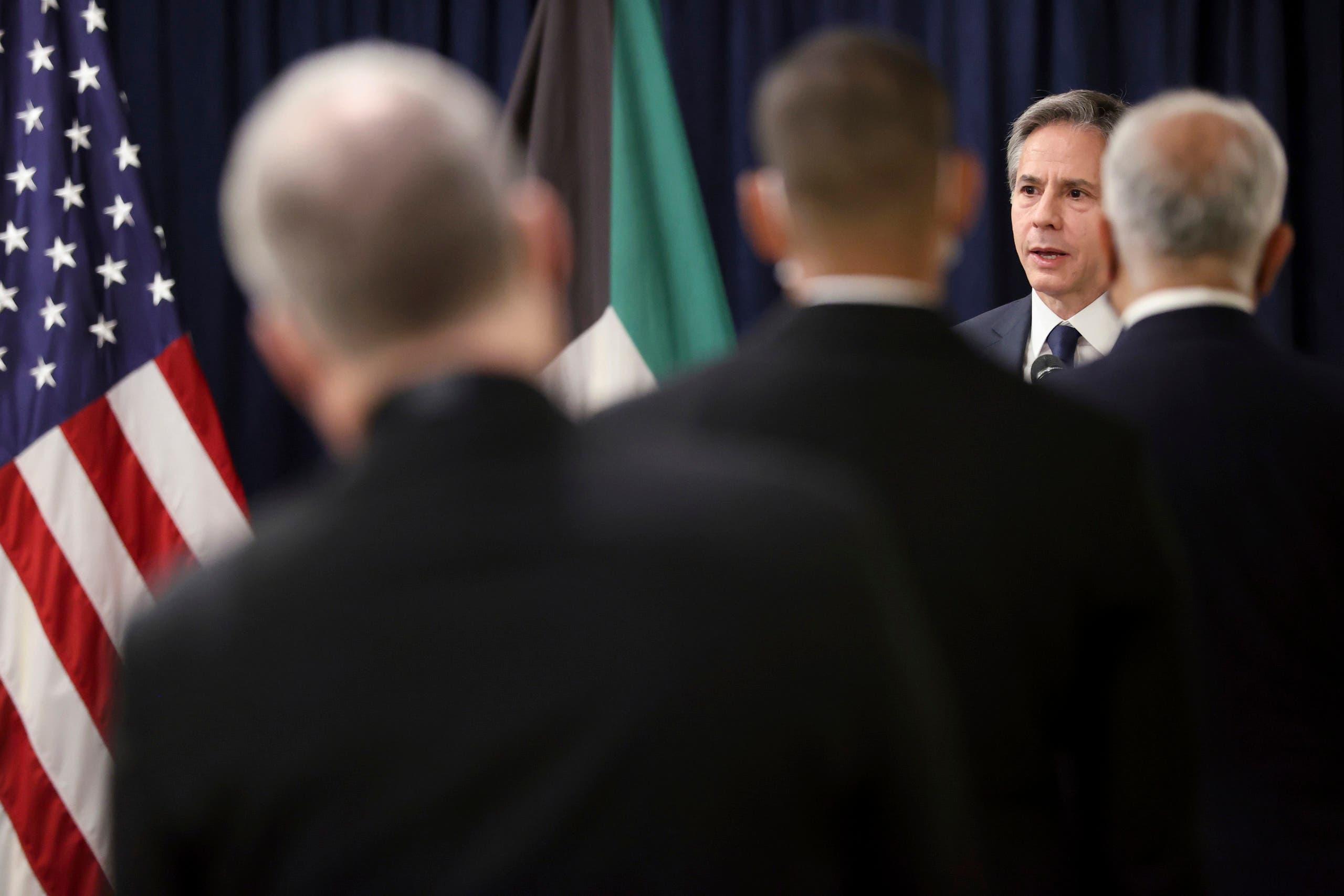 بلينكن يتحدث مع موظفي السفارة الأميركية في الكويت
