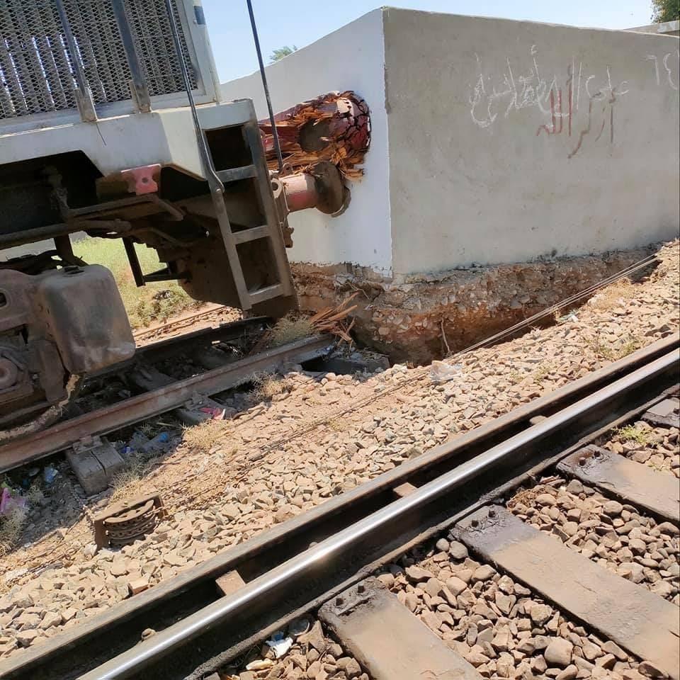 وقال شهود عيان للعربية.نت إن قطار الركاب رقم 735 اصطدم بمصدات خرسانية في نهاية رصيف محطة السكة الحديد بمحطة نجع حمادي بقنا ، مما أدى إلى إصابة الركاب وإلحاق أضرار بالجرار.