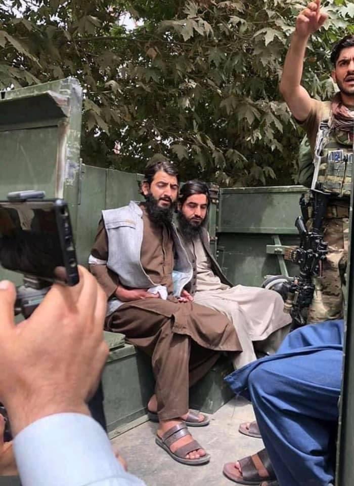 دو جنگجوی طالبان که از سوی سربازان افغان دستگیر شدند