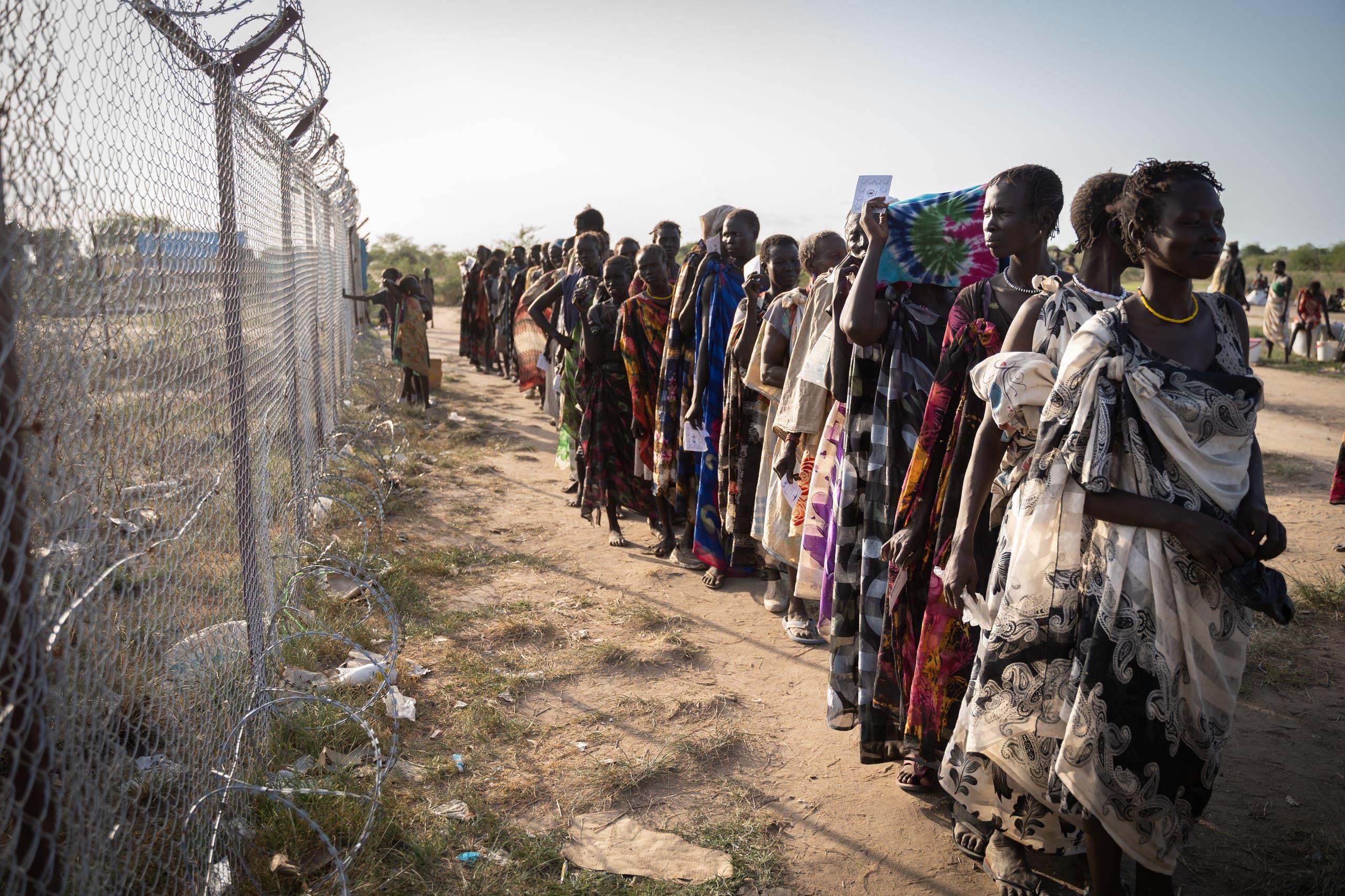 سيدات نتظرن في جنوب السودان لتلقي مساعدات غذائية