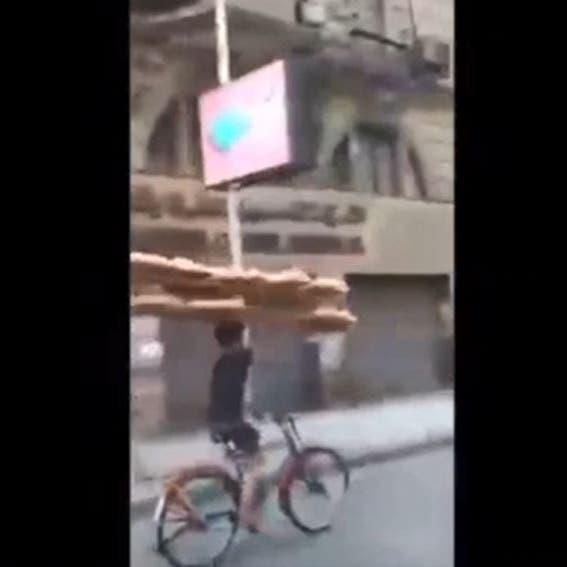 طفل الخبز.. فيديو يثير الجدل بمواقع التواصل في مصر