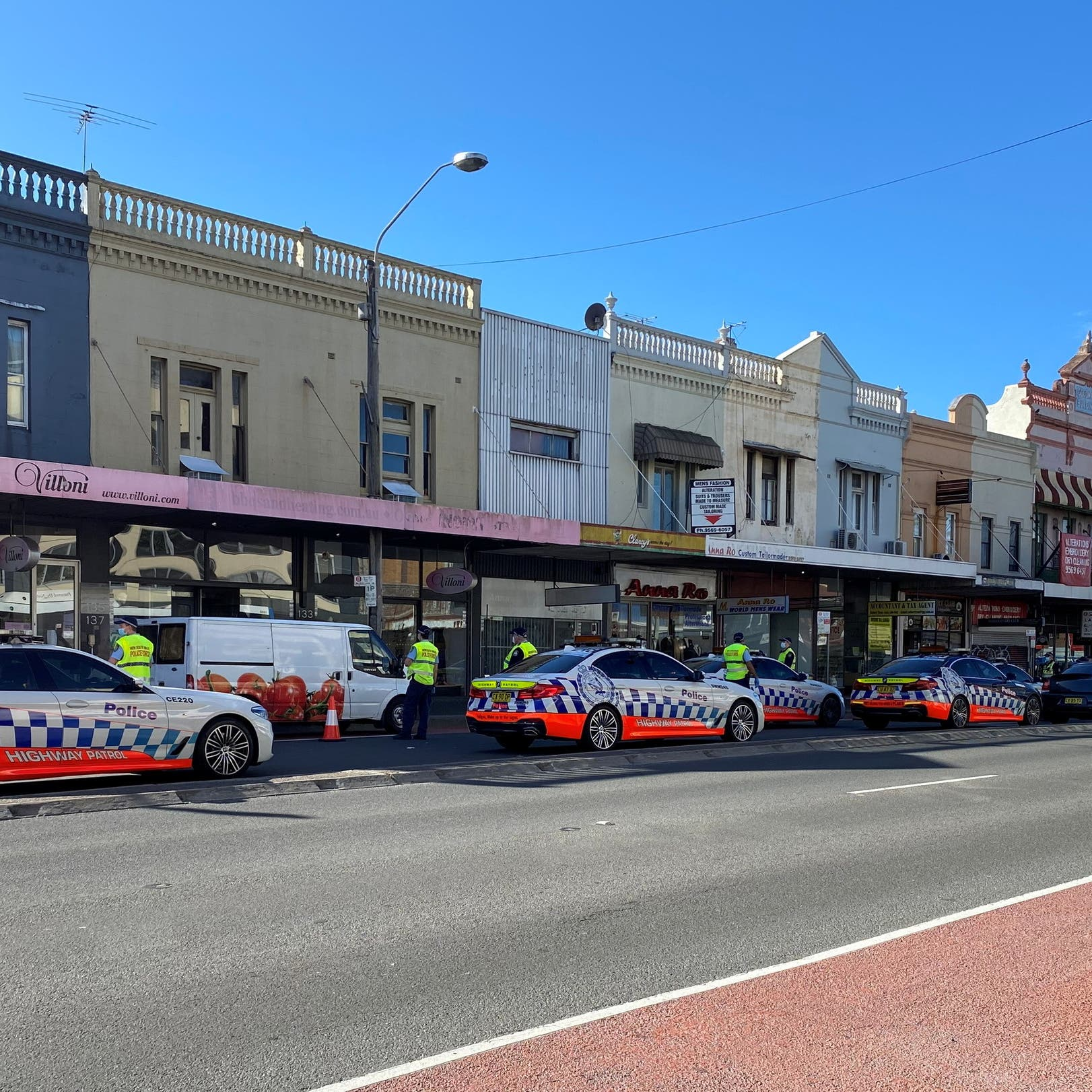 Sydney's COVID-19 infections continue to surge as police cordon deters protest
