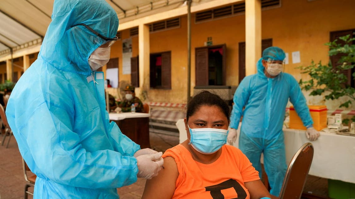 A Cambodian army member vaccinates a person inside a red zone with strict lockdown measures, amidst the outbreak of the coronavirus disease (COVID-19), in Phnom Penh, Cambodia, May 1, 2021. (File Photo: Reuters)