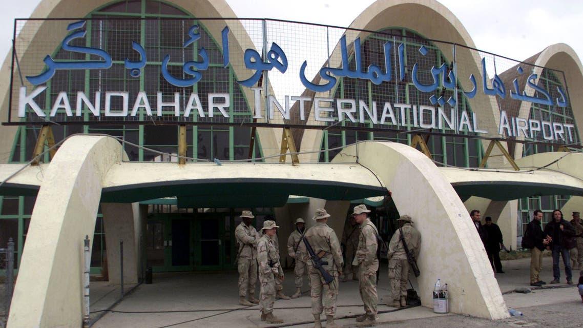 قوات أميركية أمام مطار قندهار الدولي في عام 2002 (رويترز - أرشيفية)