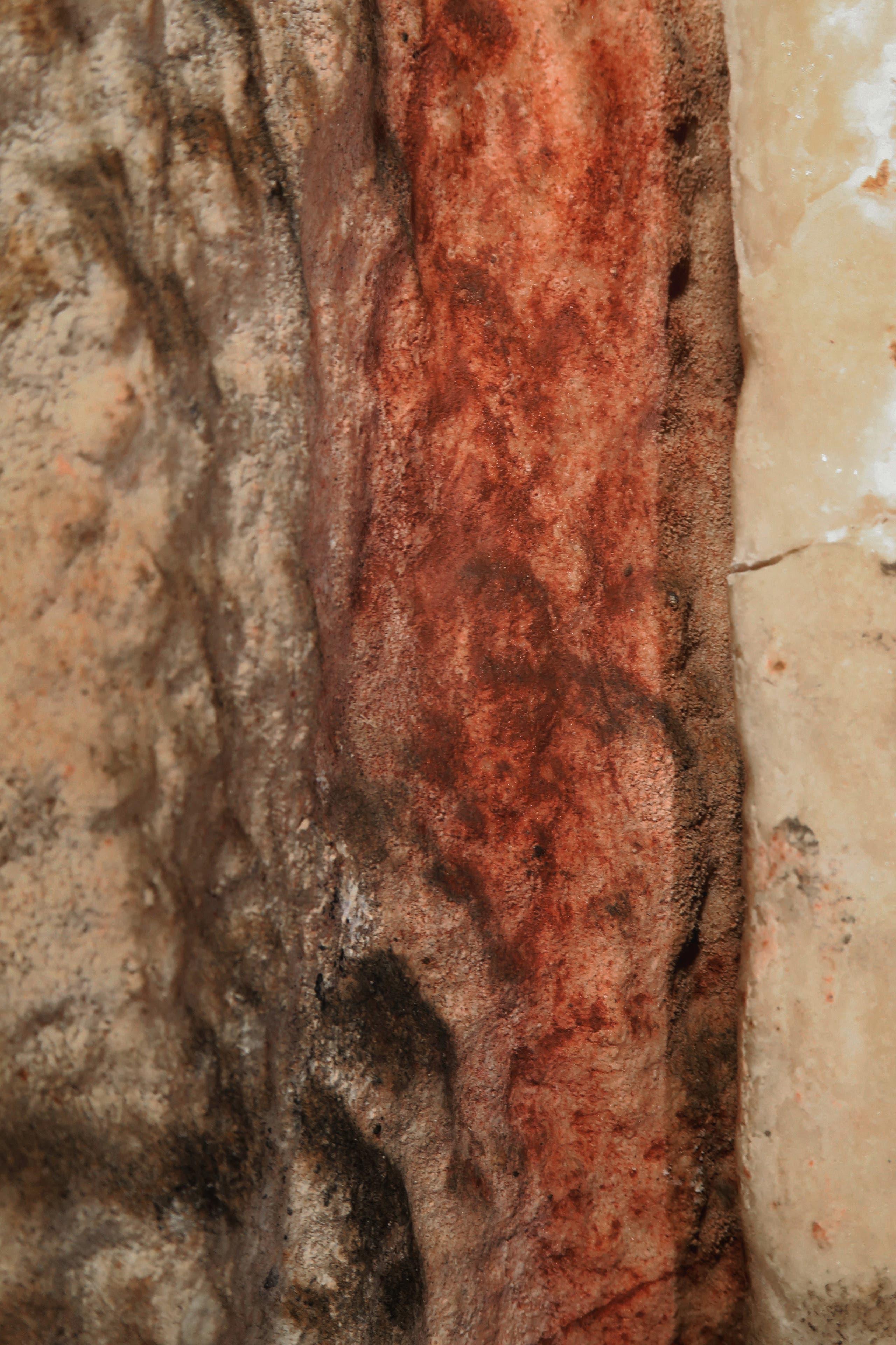 الصخرة الصاعدة المطلية باللون الأحمر في مغارة بجنوب إسبانيا