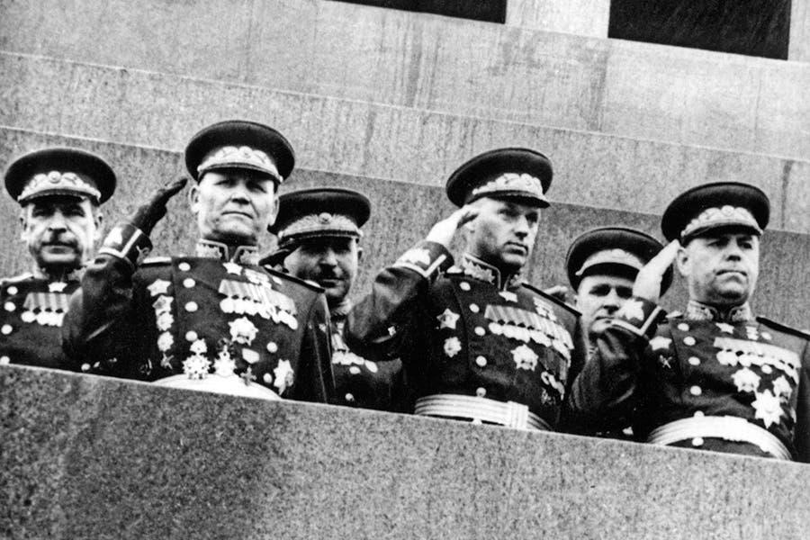 كونيف رفقة عدد من العسكريين السوفيت أثناء احتفال النصر