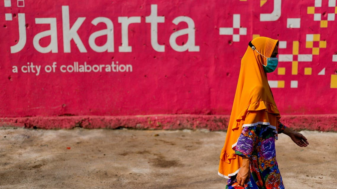 A woman wearing a protective mask walks near a traditional market amid the coronavirus disease (COVID-19) pandemic in Jakarta, Indonesia, July 30, 2021. (File Photo: Reuters)