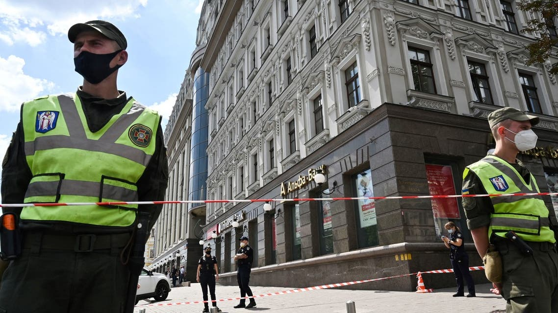 Ukraine's police officers, wearing protective facemask, stand guard and delimit a security perimeter as members of Ukrainian special forces storm in a bank in the center of Ukrainian capital, Kiev, on August 3, 2020. (File photo: AFP)