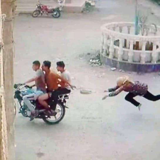 صور صادمة.. 3 شبان يسحلون مصرية لسرقتها في الشارع